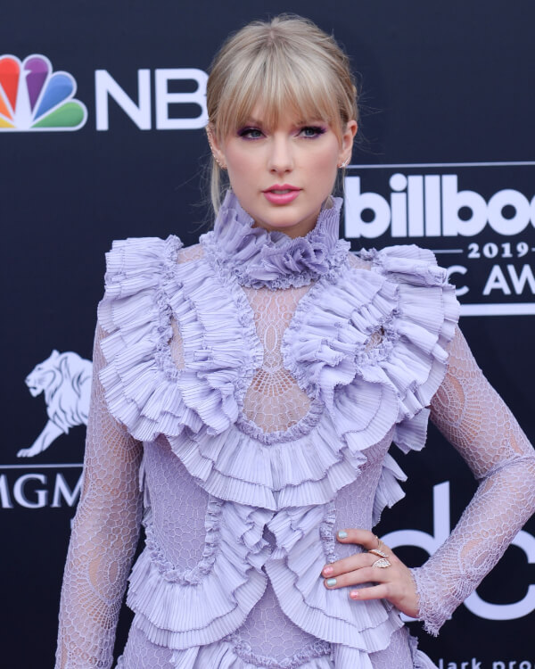 Taylor Swift wearing Magnipheasant Open Feather Ring.